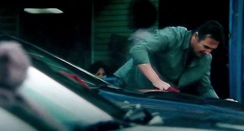 liam nettoyant voiture